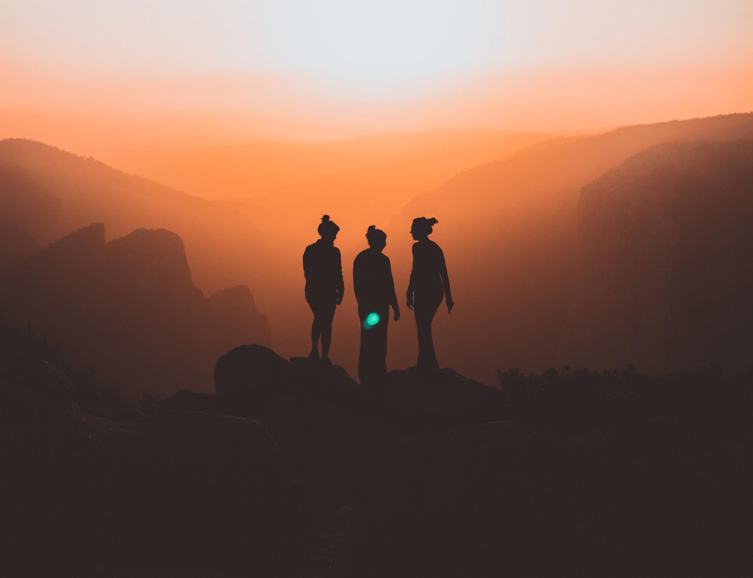 drei Personen auf einem Berggipfel