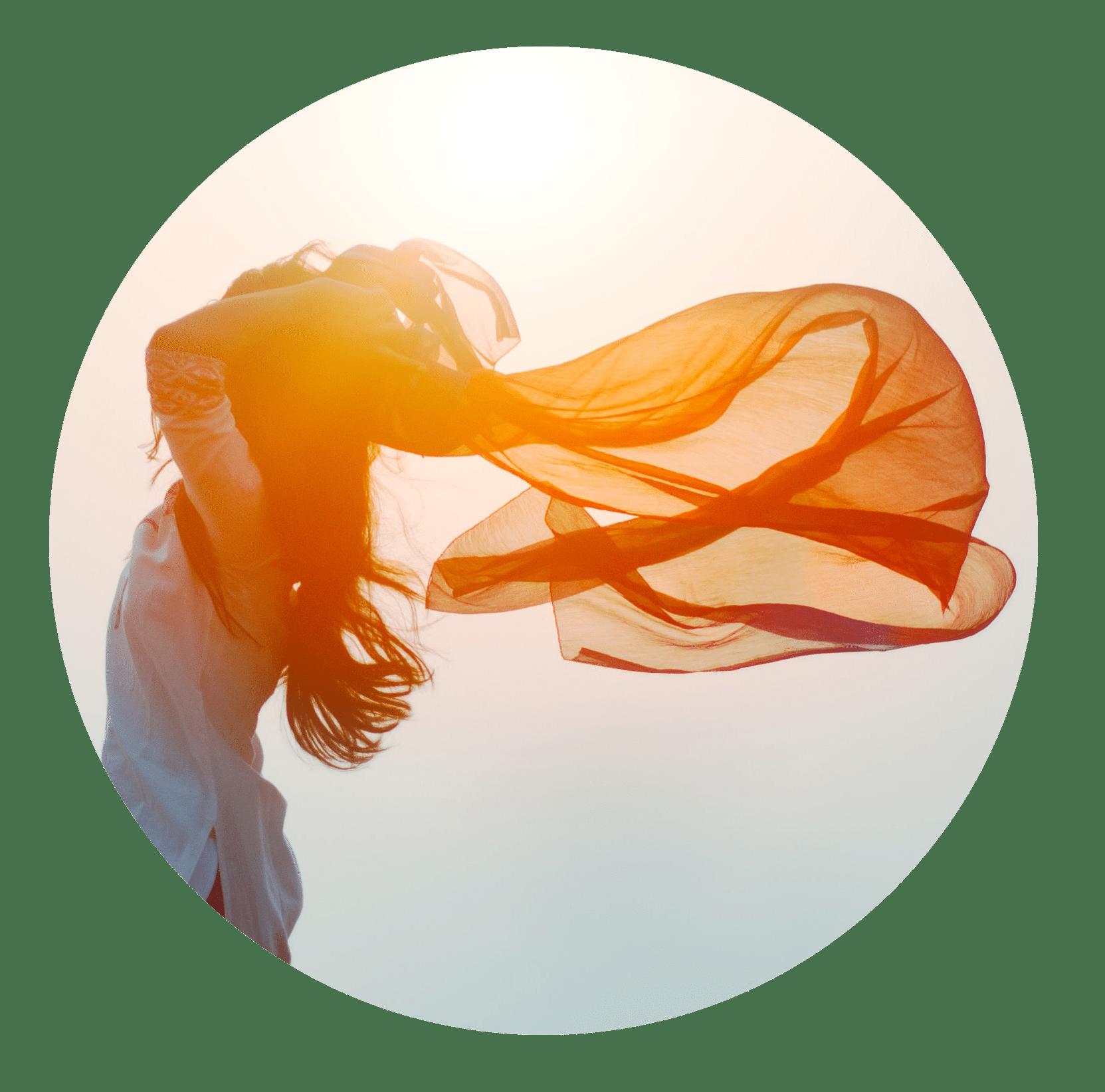 femme avec voile qui flotte dans le vent