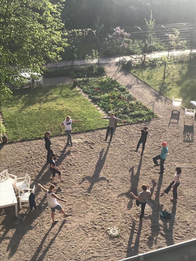 groupe faisant de la gym dans un jardin